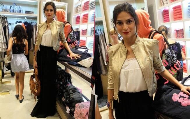 Para inauguração de loja, Thaila Ayala saiu de casa com saia longa, t-shirt básica e jaqueta dourada