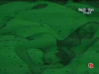 Depois de se esbaldar na festa, Michelly finalmente descansa ao lado de Diogo