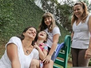 A mãe Paula Victorino, as filhas e a babá Vilma Marcelino: divisão de tarefas