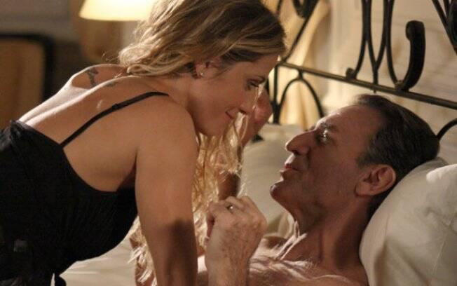 Natalie instala câmera escondida no quarto e filma noite de amor com Cortez