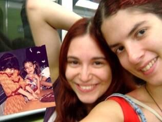 Natália e Lari são amigas desde a infância. No detalhe, as duas no aniversário de 8 anos de Lari (de cabelos pretos)