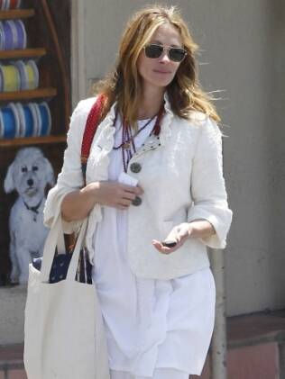 Julia Roberts é fotografada nas ruas de Los Angeles