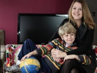Debora e o filho Léo, de cinco anos: jogar bola dentro de casa é proibido e resulta em uma noite sem videogame