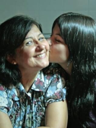 Elisabete recebe um beijo da filha Daiana: mãe atribui sucesso da adoção, tardia, ao amor