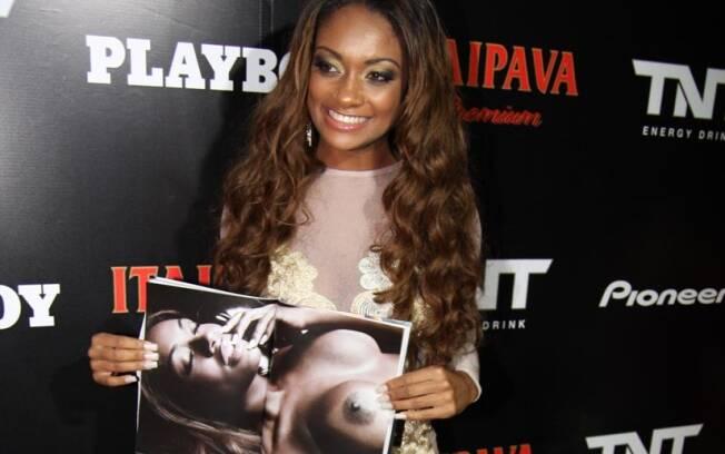 Jaqueline exibe uma de suas fotos prediletas no lançamento da Playboy, em São Paulo