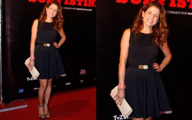 A atriz Nivea Stelmann escolheu um pretinho básico para noite de lançamento, mas inovou o look com cintura marca e plataforma de oncinha
