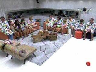 Na sala, confinados aguardam programa ao vivo