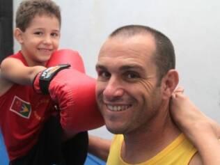 Pietro e o professor Nelson Pompei, de Limeira: classe de boxe chinês tem entre 3 e 6 anos