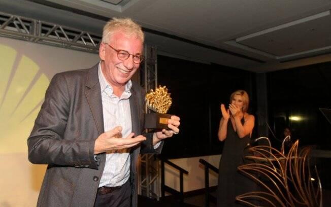 Marco Nanini recebeu os prêmios das mãos da apresentadora da noite Beth Goulart