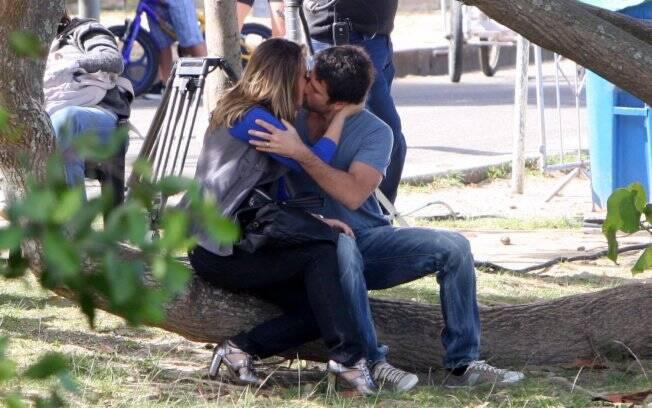 Paola Oliveira e Eriberto Leão gravam cena de beijo para a novela