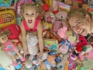 Gabriela em meio a seus brinquedos: qual a quantidade ideal?