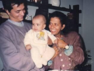 Pe Lu, ainda bebê, no colo do pai e ao lado da mãe, Tereza