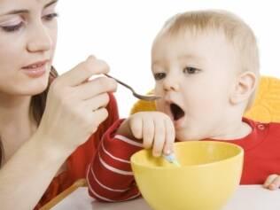Os pais precisam ficar atentos a forma que a criança se comporta na presença da babá