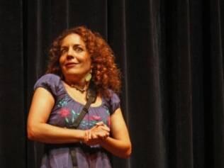 Ana Luiza Lacombe conta história no evento: para escolher o conto adequado, atenção à faixa etária da criança