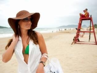 Luciana Becker, 29, chama a atenção dos frequentadores da praia do Campeche