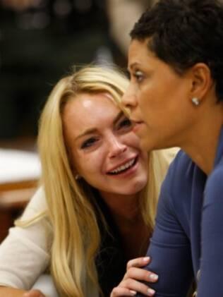 Lindsay Lohan chora no tribunal ao ser condenada por consumo de bebidas alcóolicas e drogas