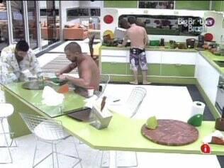 Igor e Cristiano arrumam a cozinha
