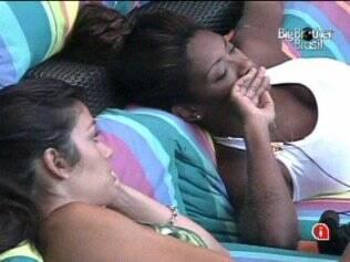 Talula e Jaqueline conversam à beira da piscina