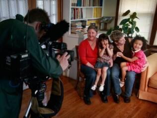 Família se prepara para entrevista após legalização do casamento entre pessoas do mesmo sexo em Iowa, nos Estados Unidos