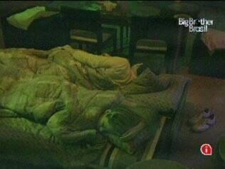 No Lado B, Adriana e Daniel dividem a cama