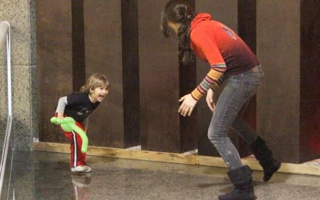 Fernanda Tavares brinca com o filho Lucas