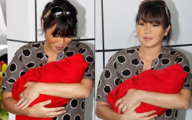 Daniele Suzuki deixa maternidade com Kauai no colo