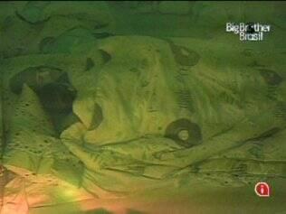 Depois de muita insistência, Diogo consegue dormir ao lado de Michelly