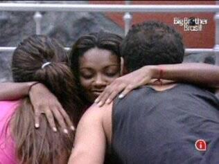 Jaqueline abraça Maria e Daniel, sister foi parabenizada por eles