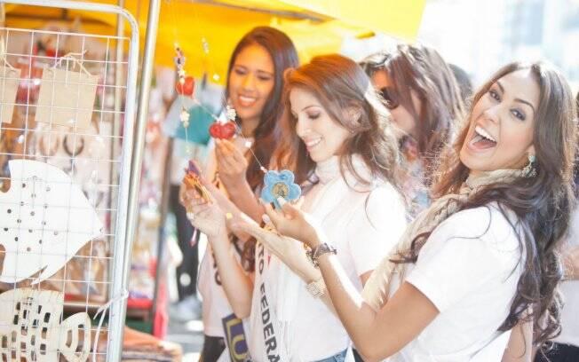 Misses fazem compras na Feirinha do Masp, em São Paulo