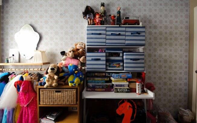 Com a ajuda de uma personal organizer, Emanuelle Junqueira guardou os brinquedos dos filhos em caixas de papelão e reutilizou sapateira para colocar as barbies da filha