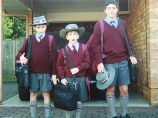 Dario e os irmãos uniformizados para ir à escola na Austrália
