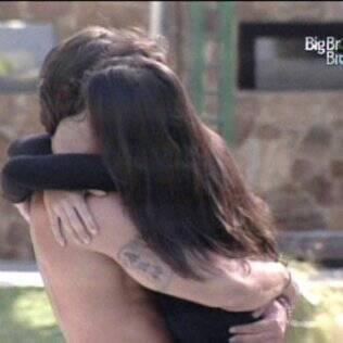 Rodrigo recebe abraço de Talula como presente de aniversário