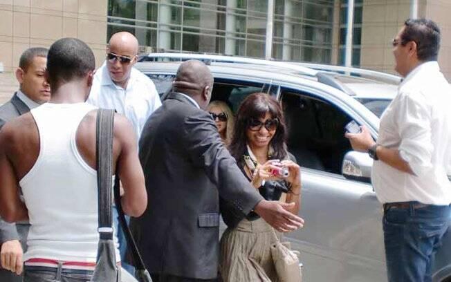 Muitos fãs aguardavam a cantora na porta do hotel onde está hospedada, em São Paulo