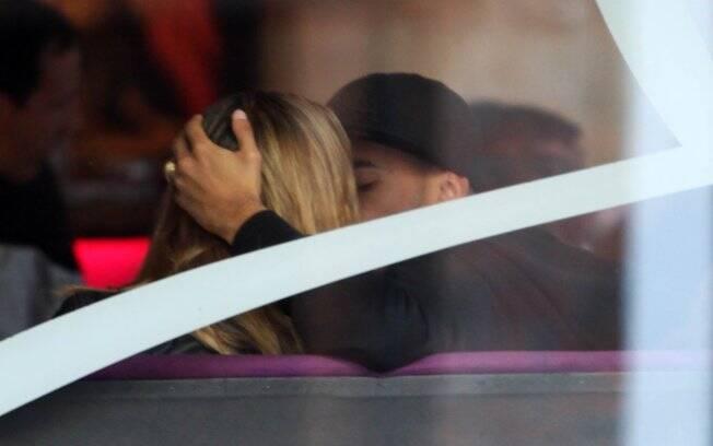 Dentinho e Dani Souza exibem aliança durante almoço