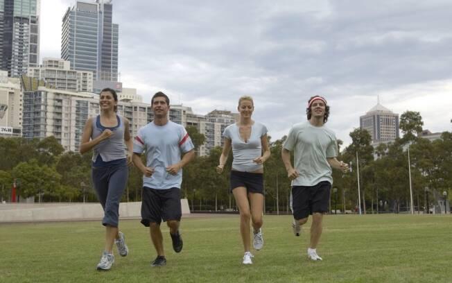 Praticar uma atividade física ao ar livre e com amigos é uma das estratégias para manter-se magro