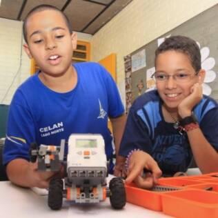 Gabriel e João Victor montam robôs durante o tempo que passam na sala de recursos. Para eles, o potencial dos dois será desenvolvido