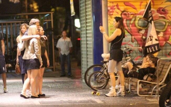 Susana tira fotos do marido Herson Capri com fãs