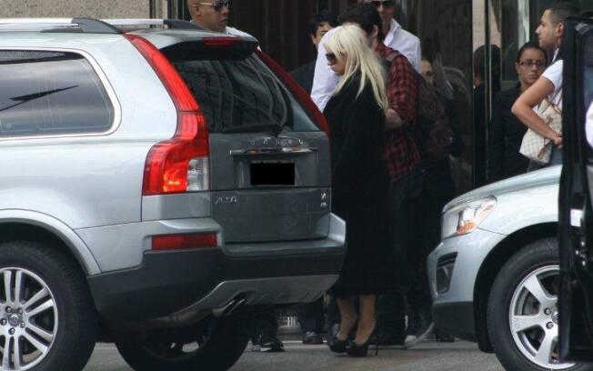 A cantora deixa o hotel ao lado do namorado