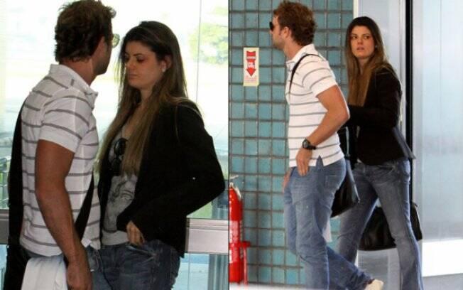 Cássio Reis e Paula Lucas no aeroporto do Rio