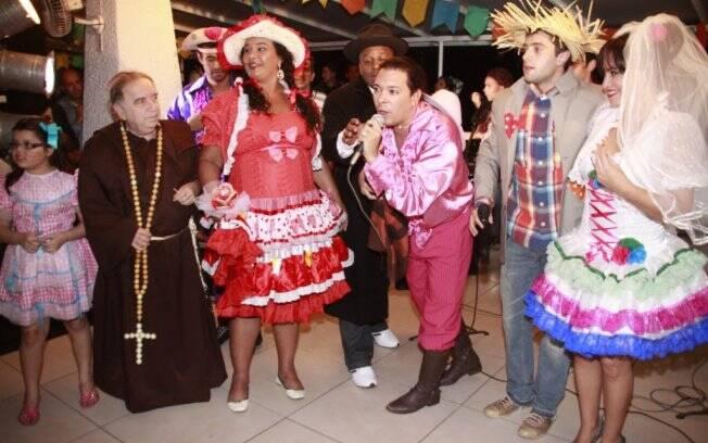 Na foto, os pais da noiva Solange Couto e Ailton Graça, o padre Castrinho, o casal Rafael Cardoso e Suzana Pires e o promoter David Santiago