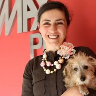 A portuguesa Cândida Pinto posa com o cachorro Skype, sua companhia no Brasil enquanto espera se reunir com o namorado de 5 anos