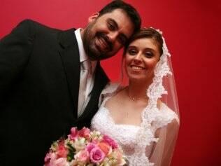 Amanda e o noivo, Marcelo, no dia do casamento: pedido de mudança da data por causa das férias da madrinha