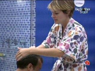 Diana passa creme nos cabelos de Daniel