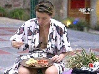 Diana almoça sozinha na área externa