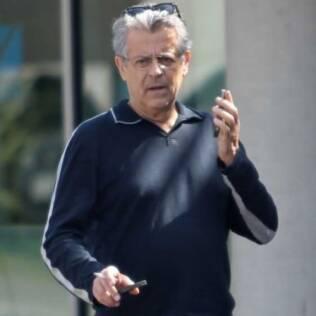 Marcos Paulo é flagrado segurando um cigarro