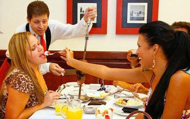 Paulinha experimenta o morango da sobremesa de Ariadna