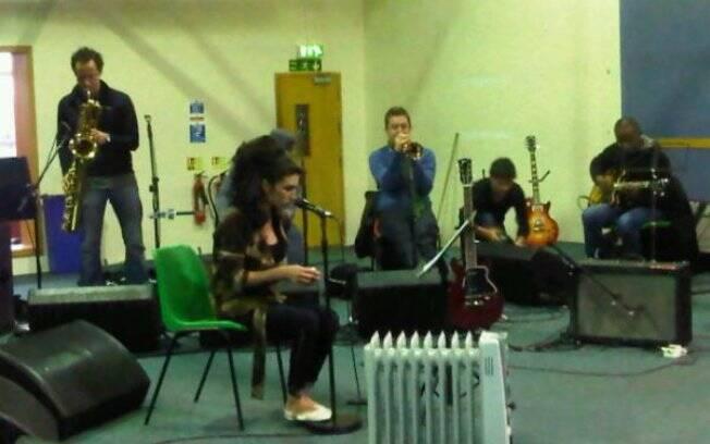 O último ensaio de Amy Winehouse antes de chegar ao Brasil