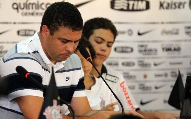 Ronaldo ao lado dos filhos Alex e Ronald na coletiva de despedida