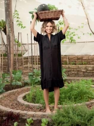 A mulher de Ronaldo cultiva alimentos orgânicos em sua residência