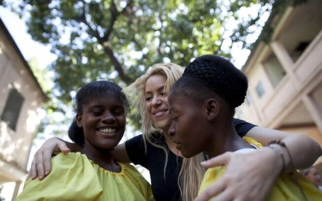A cantora Shakira em visita ao Haiti